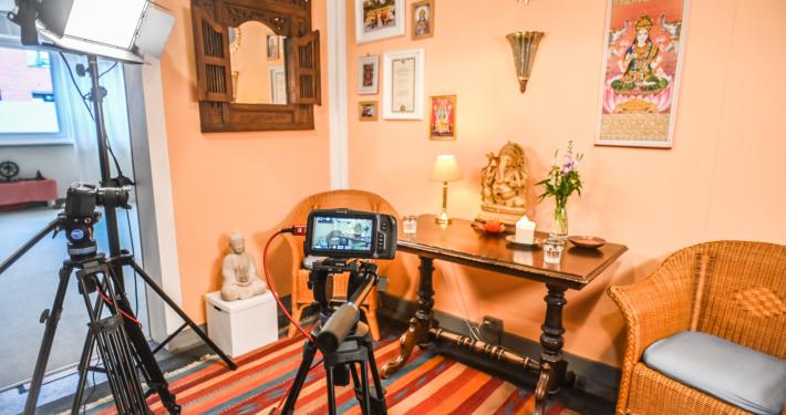 Yoga-Lounge mit Kameras für Live Streaming